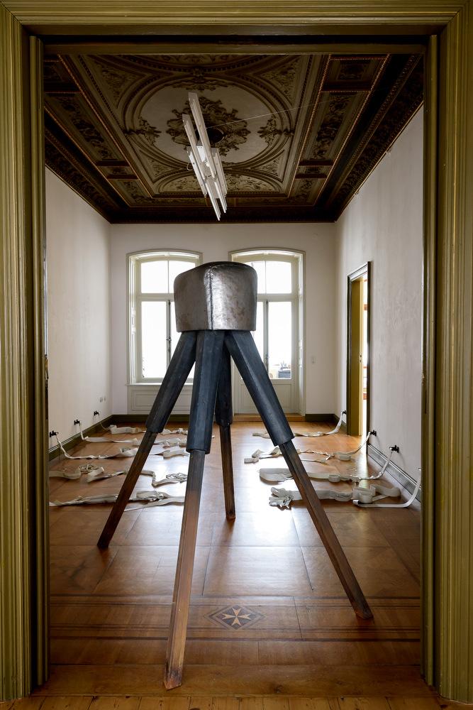 Im Vordergrund: Daniel Nehring, Bock (Umwurf), 2016, Stahl, 1,80 x 1,55 x 1,10 m Im Hintergrund: O.T., 2016, Stahl, PVC, Maße variabel