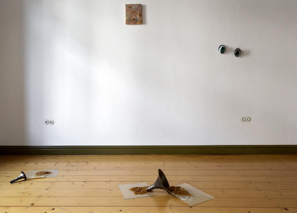 im Vordergrund: Daniel Nehring, Bock (Umwurf), Detail, hier 2 Trichter, 2016, Stahlblech, Glas, Gips, Rost, Salz, Maße variabel an der Wand links: Evelyn Möcking, O.T., 2014, präparierte Hühnerhaut, gefärbtes Wachs auf Styroporträger, 30 x 24,5 x 4 cm an der Wand rechts: Daniel Nehring, Hufen, 2016, Bronze, Salz, 11,5 x 9 x 8,5 cm